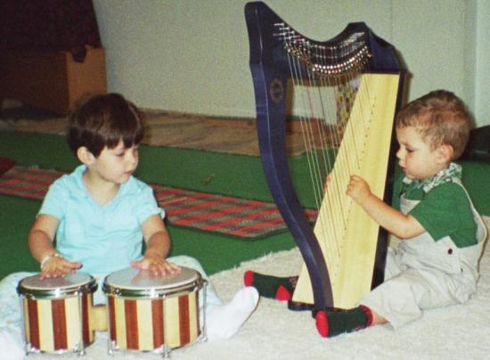 dos niños arpa y bongoes